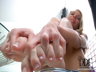 Porno Video of Blonde Gets Her Toes Gooey