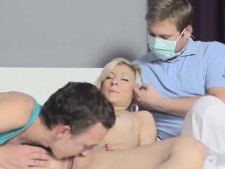 mann hilft bei hymen-checkup und pflügen von jungfrau-süsse