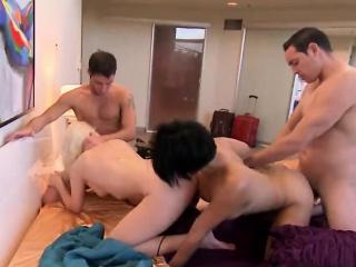 секси съпруги размени съпрузи по време на foursome