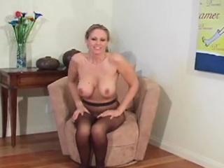 2 frauen vergleichen ihre pussies in verdammt hübschen strumpfhosen