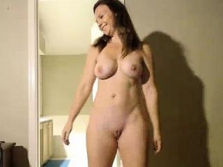 mesarska plavuša kućanica prikazuje joj savršeno tijelo za