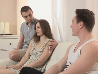 skint fickó lehetővé teszi a forró haver, hogy megrázza a barátnőjét mon