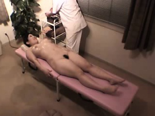 stacked japanese hottie has a masseur working his hands on