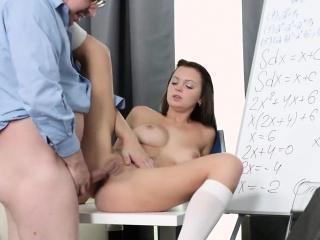sladká školní dívka je svedena a vykreslena starším učitelem