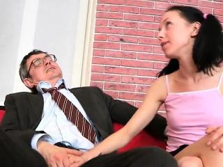 nudna uczennica była kuszona i osłupiana przez jej starsze urządzenie