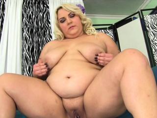 blond bbw visar upp sin feta rumpa och saftiga tuttar som hon gnuggar