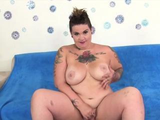 sexet plumper viser hendes saftige bryster og spredte hende