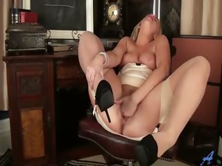 Porno Video of Thick Blonde Milf Shows Off Her Huge Round Ass And Curvy Figure Before Shoving Four Fingers Into Her Juicy Bald Pussy For A Self-induced Orgasm