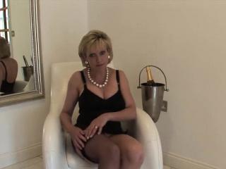 unfaithful british mature lady sonia shows off her gigantic