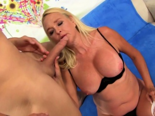 sexy mature woman gives a fantastic blowjob and she makes