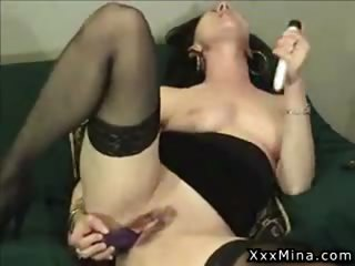 wild mature lady enjoys rubbing her pussy on the couch